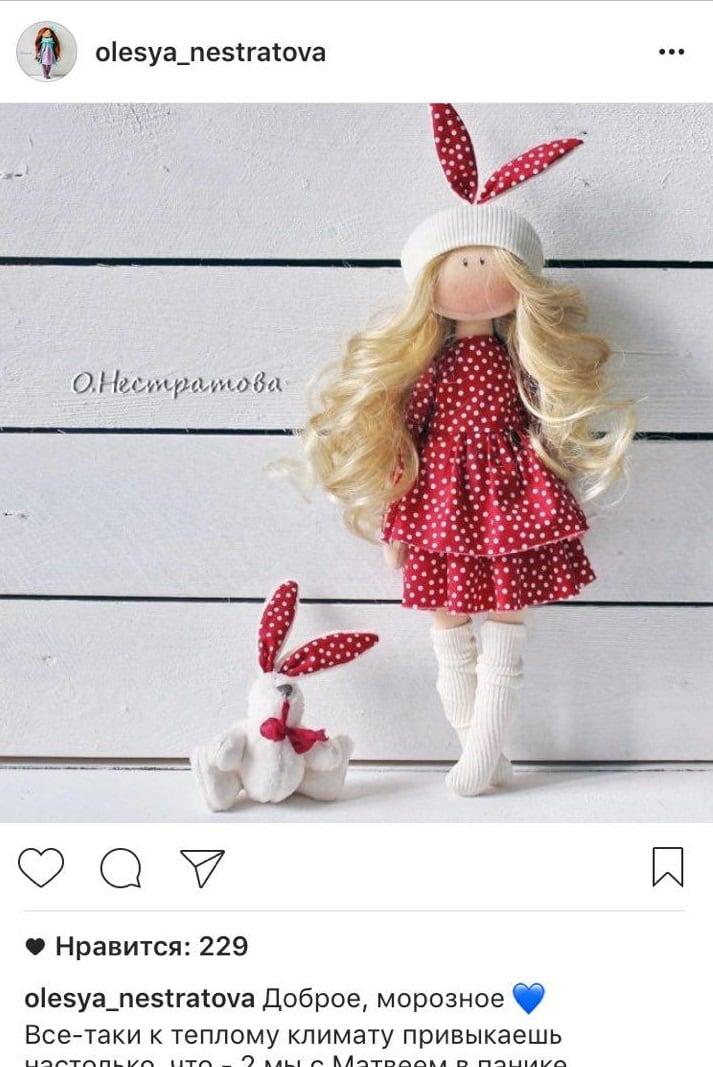 Кукла расположена по правилу третей. Кроме того, на фото есть ритм – повторяющиеся полосы досок