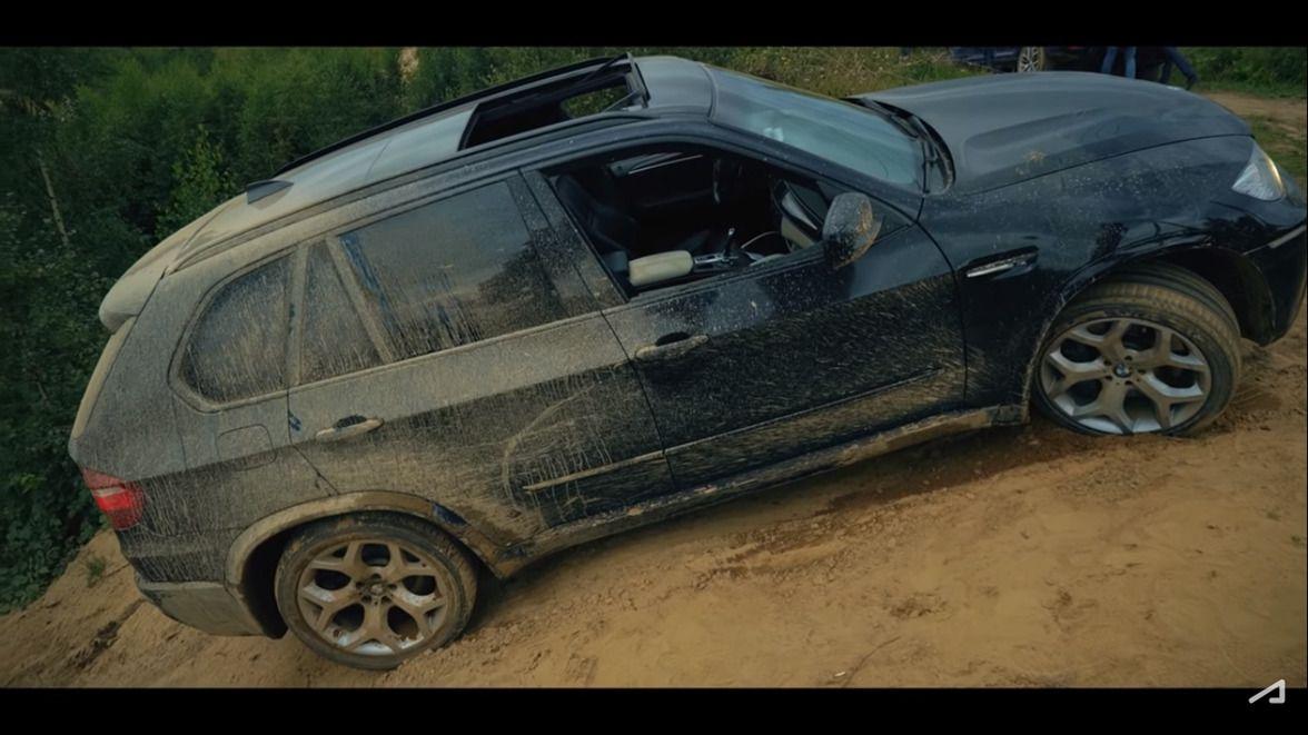 В ролике у блогера неожиданно перевернулась машина. Он позвонил в страховую компанию. Правда, зрители быстро раскусили рекламный характер публикации