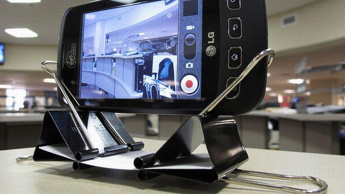 Штатив для телефона можно собрать из подручных материалов, например из скрепок и бумаги