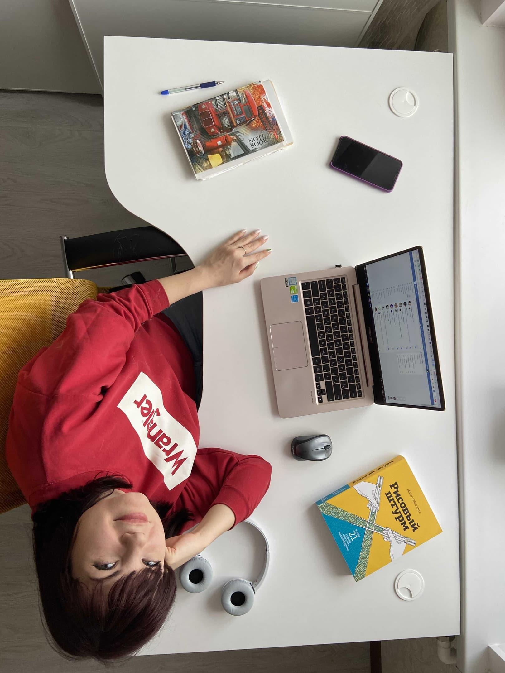 Елена Бельченко на рабочем месте, а заодно и пример живого фото для соцсетей